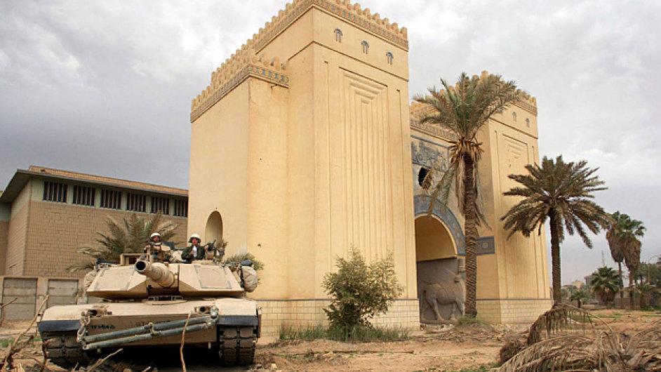Tank zaparkovaný před Národním iráckým muzeem v Baghádu během americké invaze do Iráku roku 2003.