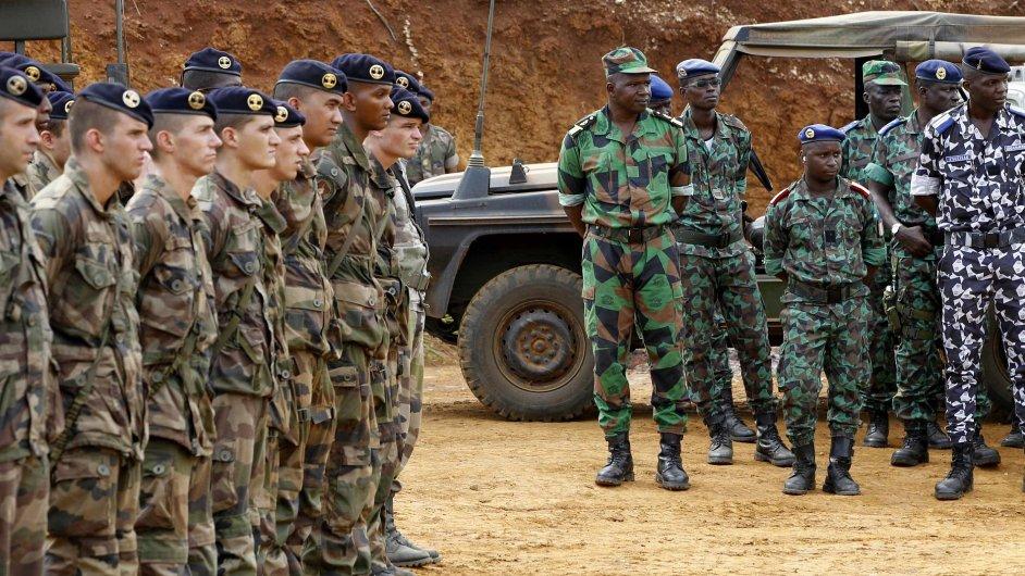 Z Mali odletěla první stovka francouzských vojáků.