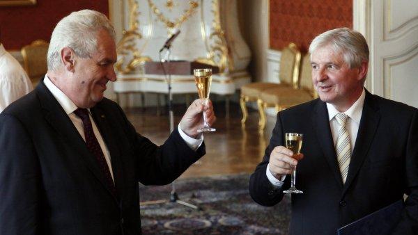 Miloš Zeman si po jmenování Jiřího Rusnoka s novým premiérem s chutí připil