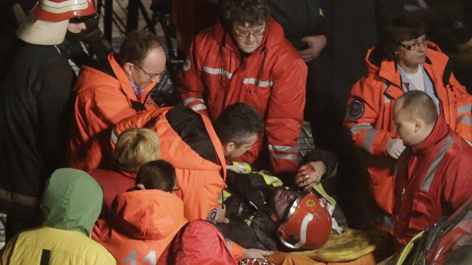 Záchranáři vyprošťují zraněné ze sutin zříceného obchodního domu v Rize.
