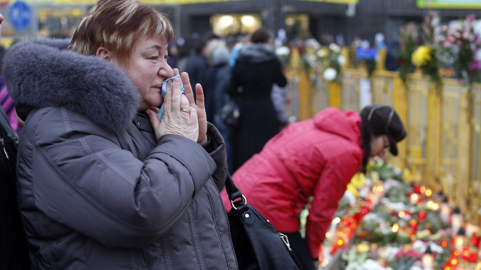 Lidé v lotyšské Rize se shromažďují u trosek a oplakávají mrtvé