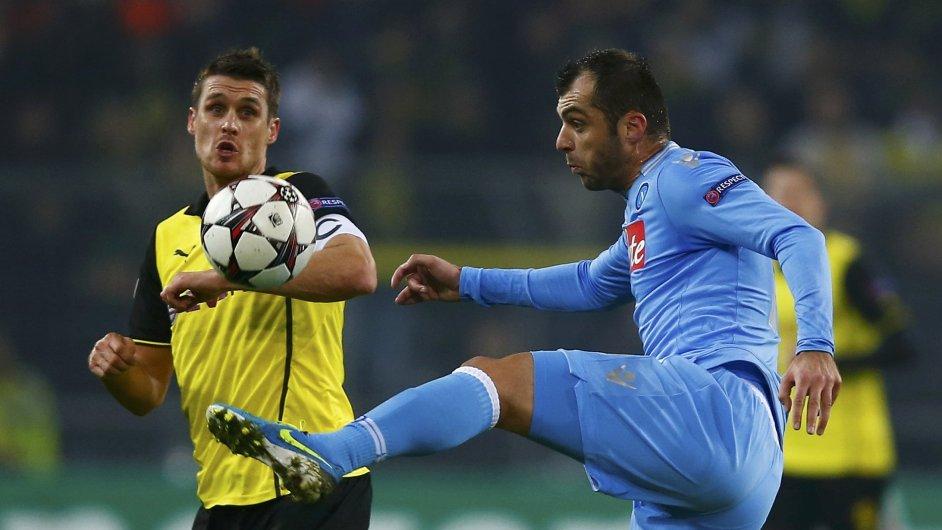 Dortmundský Sebastian Kehl (vlevo) v souboji s Goranem Panděvem z Neapole