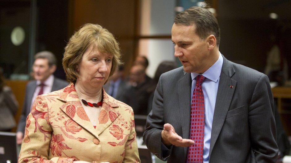 Šéfka diplomacie Evropské unie Catherine Ashtonová mluví s polským ministrem zahraničních věcí Radoslawem Sikorskim na jednání v Bruselu