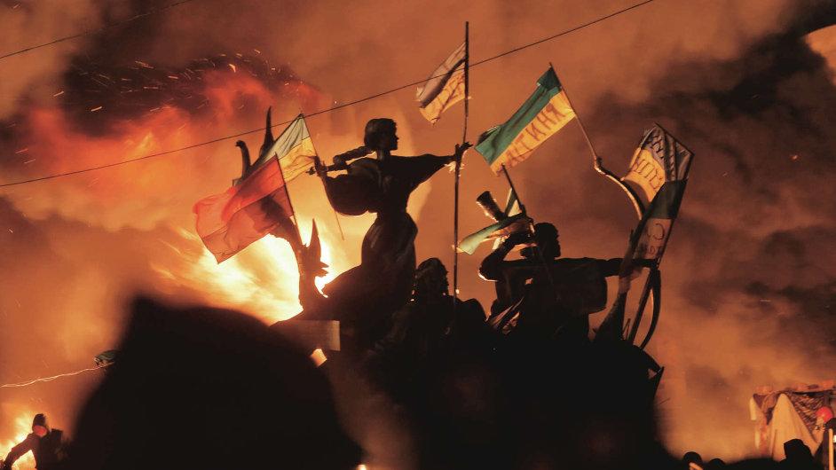 Na Majdanu dál hoří ohně. Vyhlášené příměří je křehké.