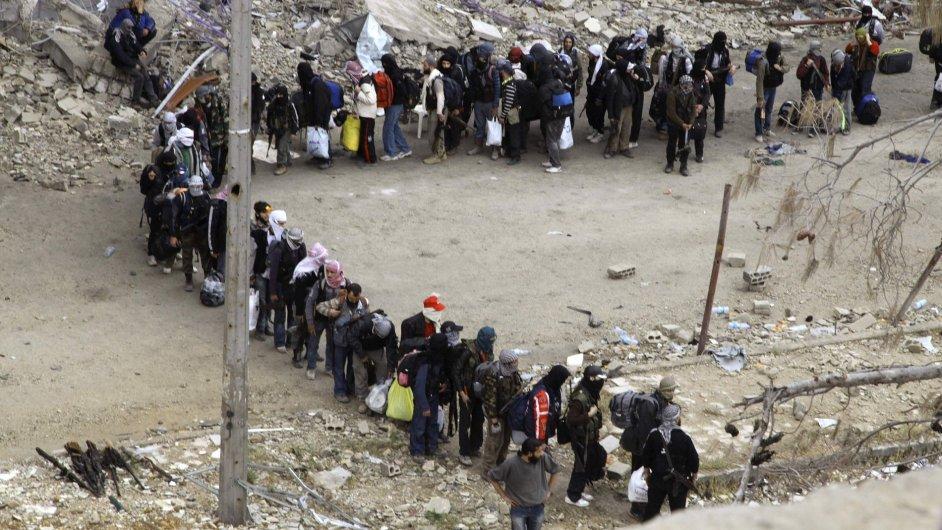 Syrští rebelové čekají na evakuaci z města Homs.