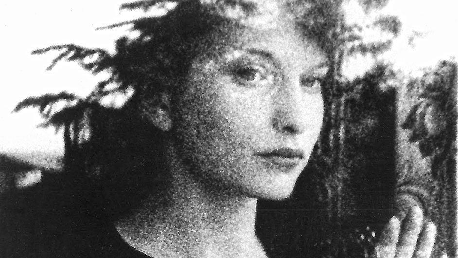Maya Deren na zvětšenině filmového políčka ze snímku Meshes of the Afternoon, který roku 1943 natočila s Hackenschmiedem.