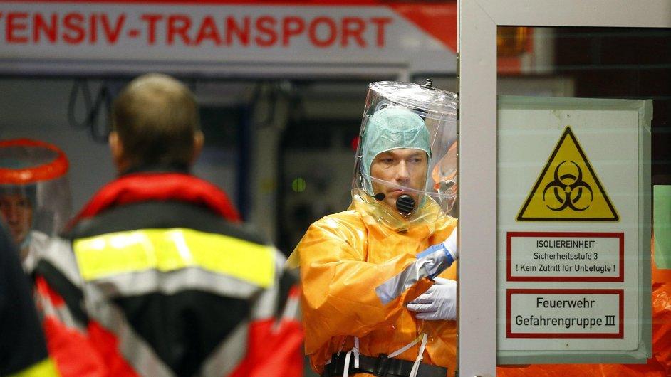 Členové lékařského týmu v německém Frankfurtu při příjmu pacienta nakaženého ebolou