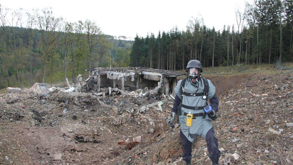 Pyrotechnici stále prohledávají oblast okolí výbuchu skladu munice na Zlínsku.