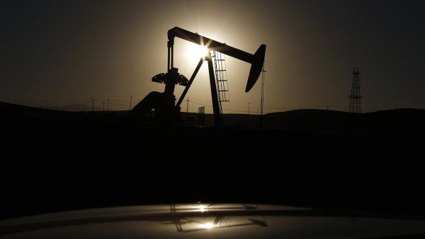 Ropa padla k 50 dolar�m za barel. Benzin by m�l zlevnit.