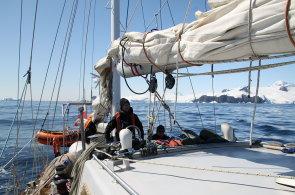 Plachetnice Selma chce doplout do Velrybí zátoky, odkud vyrážel Amundsen