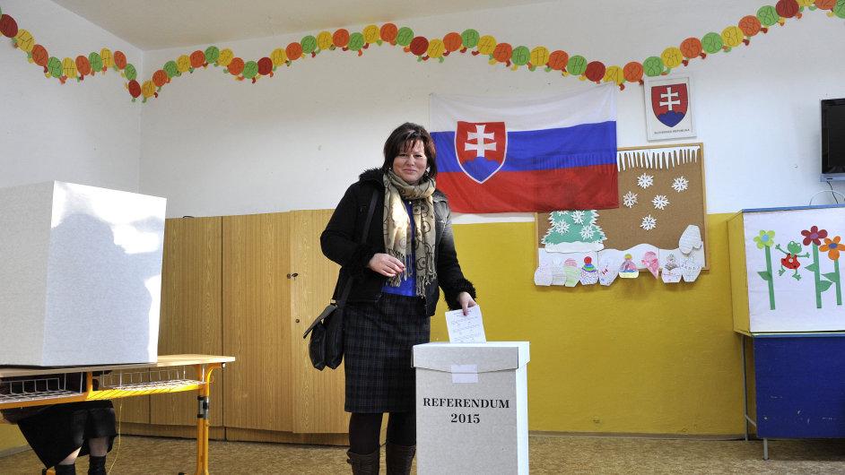 Mluvčí organizace Aliance za rodinu Anna Verešová odevzdává svůj hlas během slovenského referenda o ochraně tradiční rodiny.