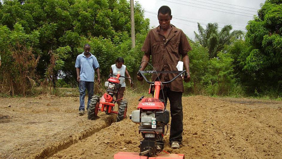 Výrobce zahradní techniky Vari vyváží do Afriky od roku 2006, a to převážně multifunkční malotraktory. Na snímku je tento stroj při práci na poli v Ghaně.