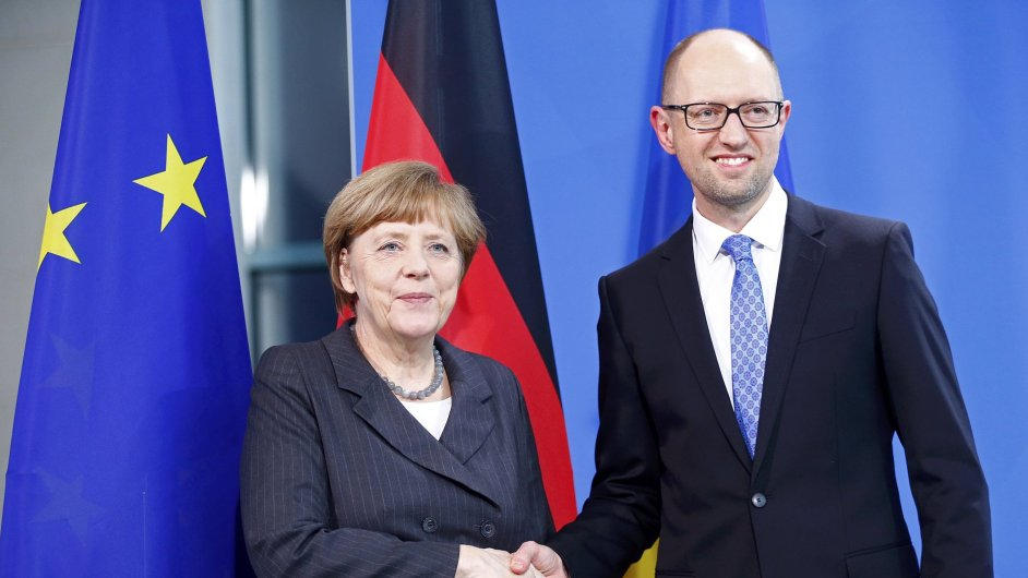 Německá kancelářka Angela Merkelová a ukrajinský premiér Arsenij Jaceňuk