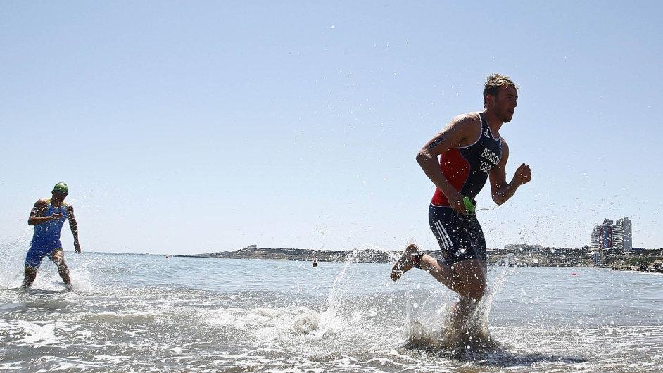 Brit Gordon Benson si na pláži Kaspického moře běží pro zlatou medaili v triatlonu.
