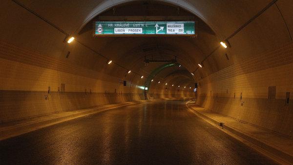 Tunel Blanka se otev�el se �ty�let�m zpo�d�n�m.