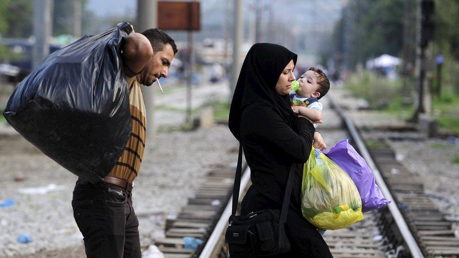 Uprchlíci směřují do tranzitního táboru v makedonském městě Gevgelija.