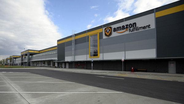 Od loňského podzimu provozuje Amazon v Dobrovízi největší sklad v Česku pod jednou střechou.