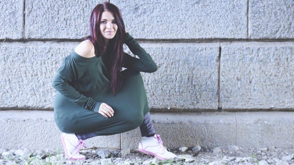 Návrhářka Veronika Hubková v jednom ze svých módních kousků.