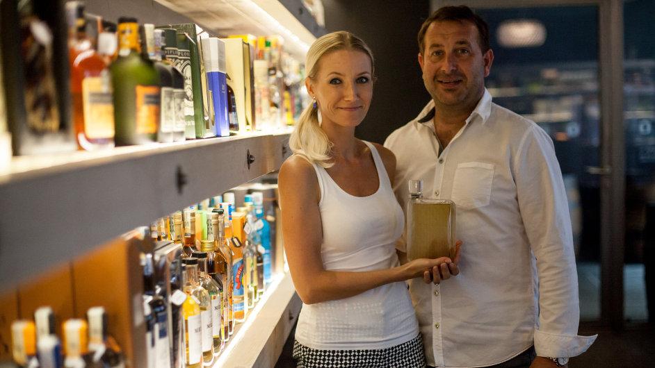 Růženka a Jan Kleinerovi s lahví meruňkovice, která byla vyrobena ve spolupráci s Ronym Pleslem pro Jaguar.