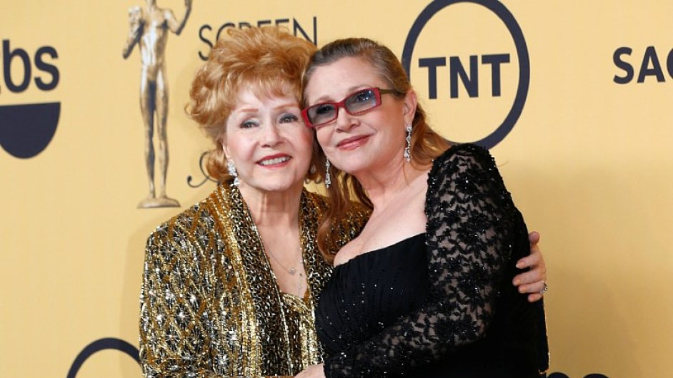 Debbie Reynoldsová (vlevo) zemřela krátce po odchodu své dcery Carrie Fisherové (vpravo).