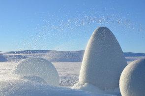 Liberečtí architekti staví v Norsku vesnici z ledu. V průsvitných iglú budou možná přespávat školáci nebo turisté