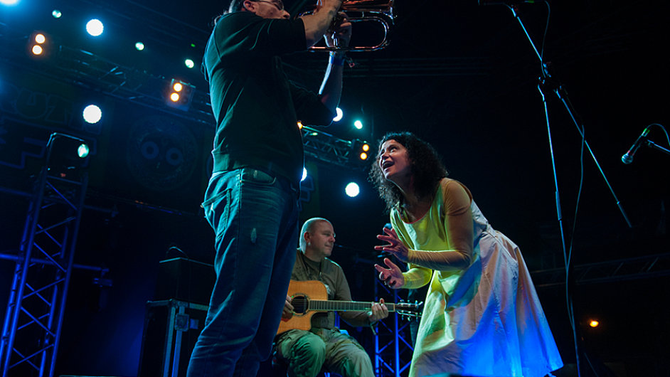 Se skupinou Čikori, kde hrají basista Jaromír Honzák, kytarista Vladimír Václavek (vzadu) i trumpetista Oskar Török (vlevo), vystupuje Iva Bittová už téměř dvě desetiletí.