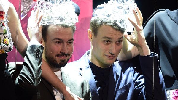 Na snímku z předávání cen Czech Grand Design jsou designéři Václav Mlynář a Jakub Pollág ze studia deFORM.
