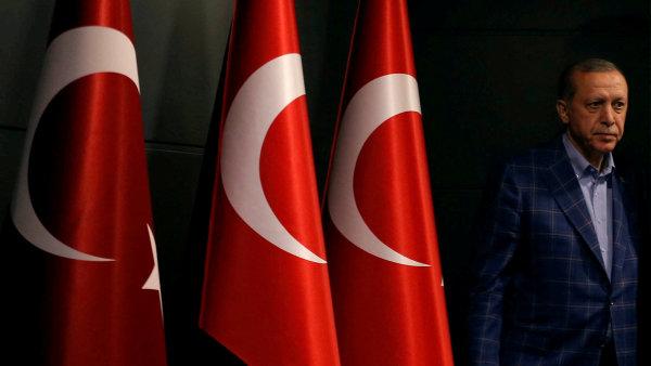 """""""Chceme, aby organizace a zahraniční země rozhodnutí našeho národa respektovaly,"""" vzkázal prezident Erdogan směrem do ciziny."""