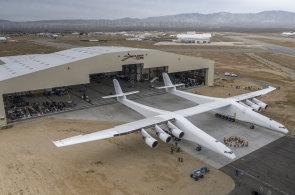 Spoluzakladatel Microsoftu představil největší letadlo na světě. Stratolaunch bude vynášet vesmírné rakety