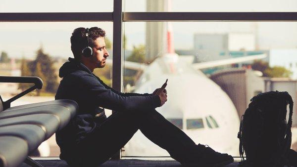 Nejlepší sluchátka do letadla nebo do práce jsou od Sennheiseru MM-550X, Bose QuiteComfort 35 nebo Sony MDR-1000X. Jen stojí zhruba 10 tisíc korun - Ilustrační foto.