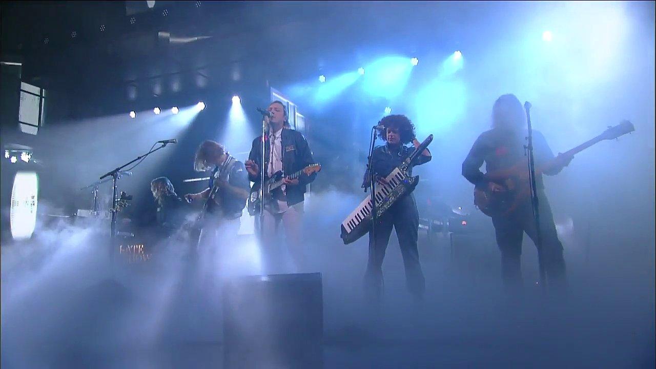 Snímek z televizního vystoupení skupiny Arcade Fire.