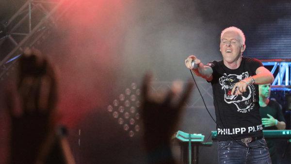 Zpěvák kapely Scooter H.P. Baxxter je na snímku z vystoupení na krymském Zolotaja Balka festivalu.