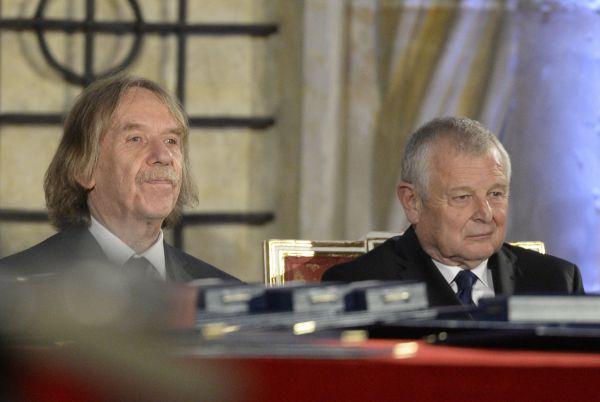Zleva písničkář Jaromír Nohavica (vlevo) a vědec a vysokoškolský pedagog v oblasti hydrodynamiky Jaroslav Pollert před začátkem slavnostního ceremoniálu udílení státních vyznamenání