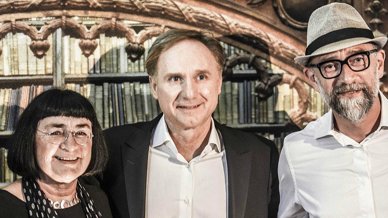 V říjnu 2017 při uvedení knihy v Barceloně: zprava Milan Gelnar, Dan Brown a jeho newyorská agentka Heide Langová.