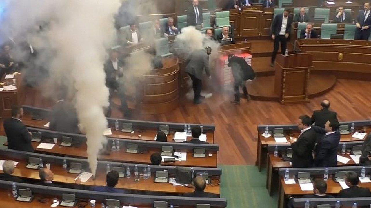 Poslanci v parlamentu vypustili slzný plyn. Opozice chtěla zastavit hlasování
