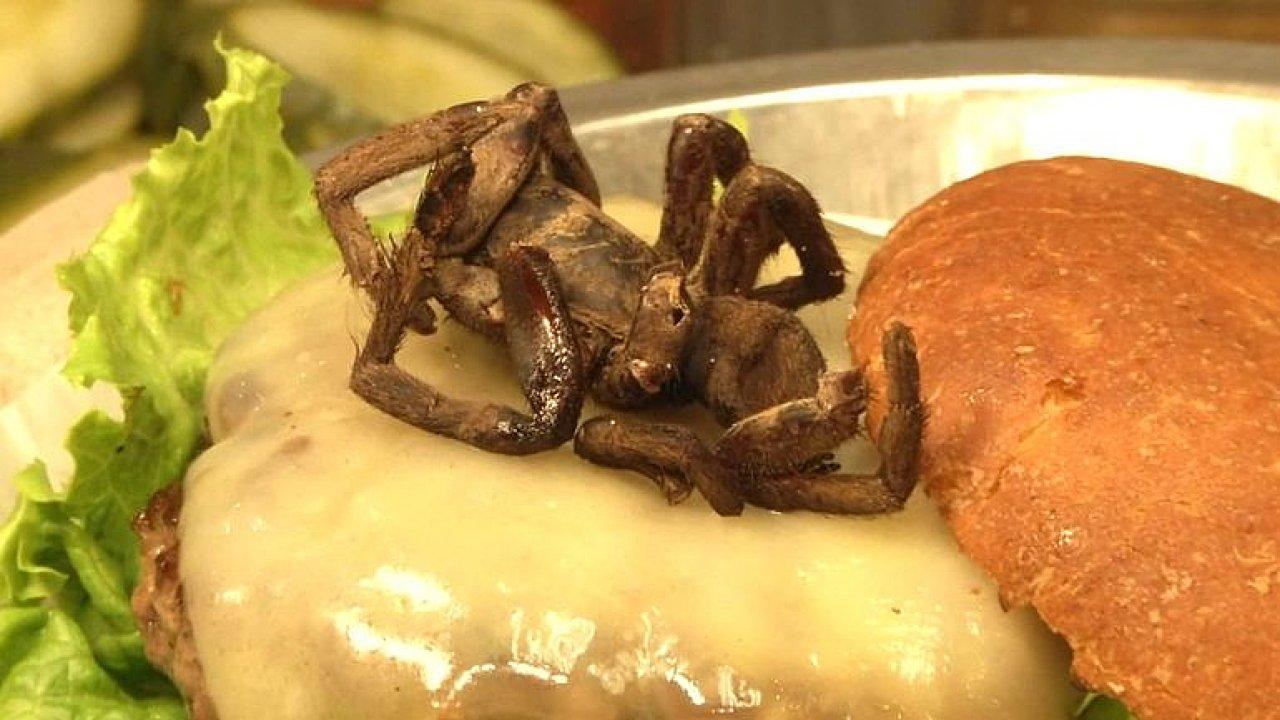 V restauraci servírují burger s tarantulí. Exotickou specialitu ochutná jen pár výherců
