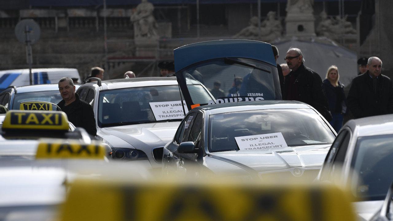 Pražští taxikáři se dnes v poledne sjeli na Václavské náměstí protestovat proti službám typu Uber a Taxify.