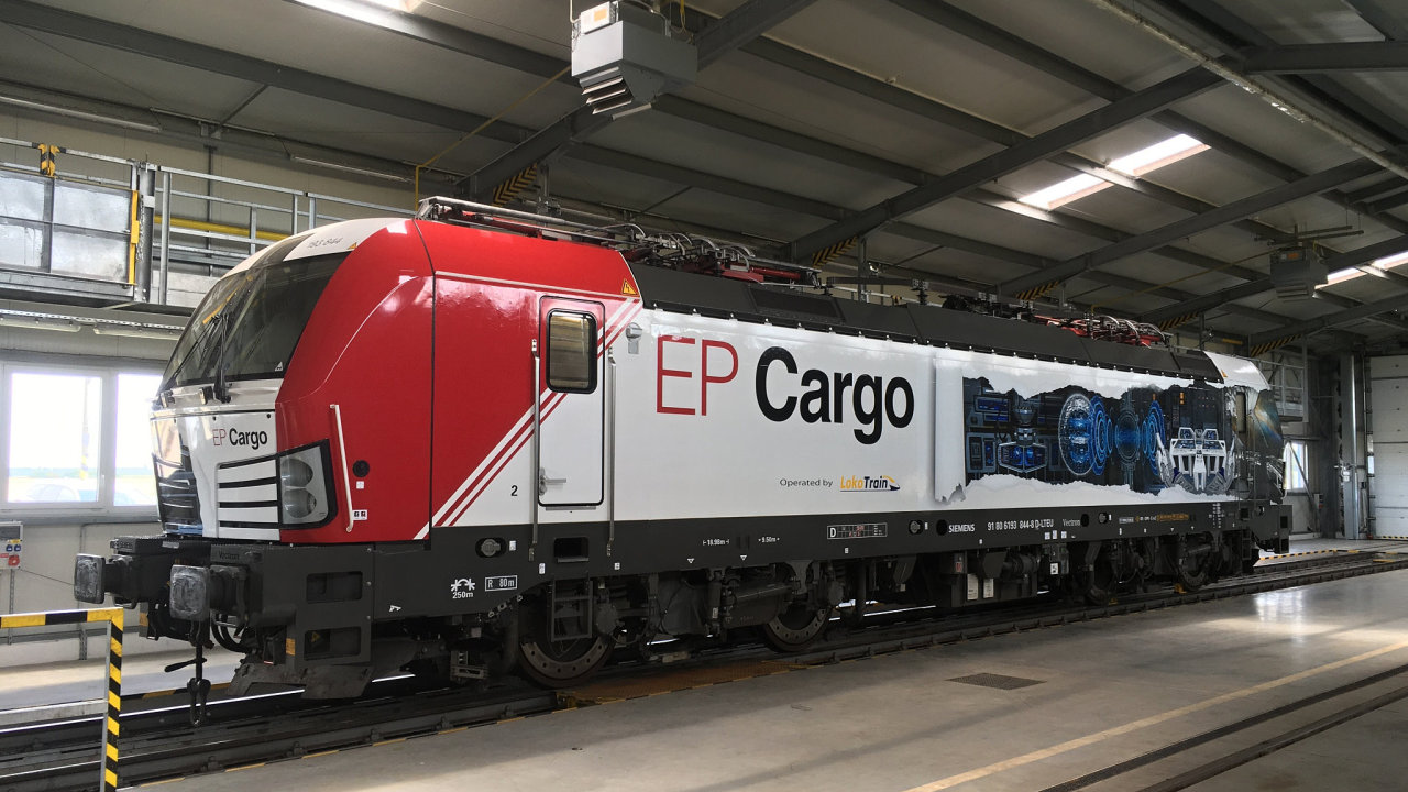 Lokomotiva Siemens Vectron v barvách EP Cargo