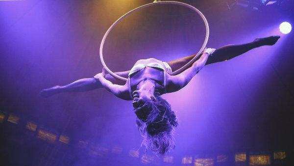 Husí kůži střídá líbeznost a teplo rodinného šapitó. V Praze začíná festival nového cirkusu Letní Letná