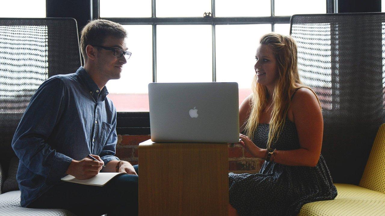 Mladí čelí na startu kariéry řadě bariér, ilustrační foto