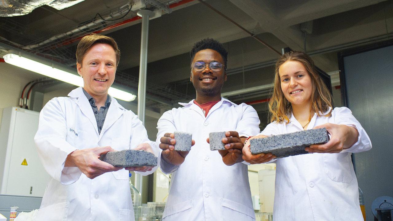 V Kapském městě studenti pracují na výrobě cihel z moči.