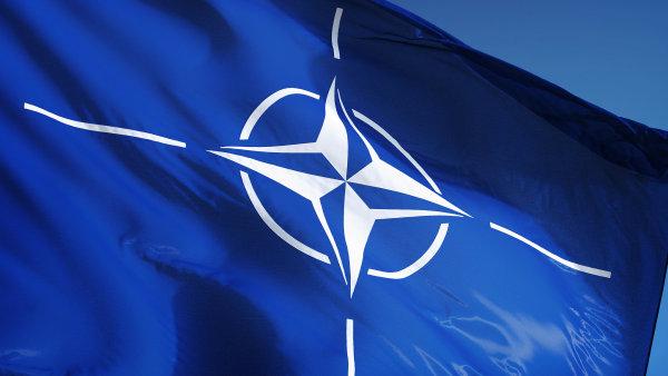 Vlajka NATO, severoatlantická aliance.