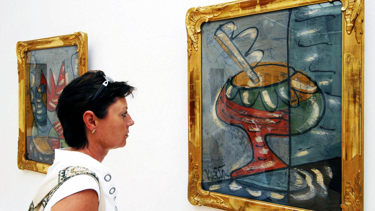 Návštěvnice si prohlíží zátiší nazvané Pohár na výstavě děl záhadného malíře Bohumila Samuela Kečíře.