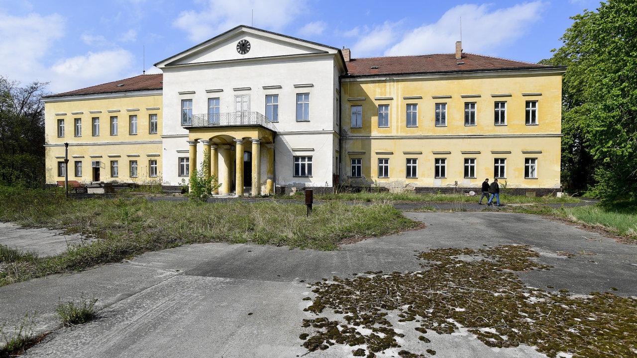 Dolní zámek v Panenských Břežanech u Prahy, který za druhé světové války obýval zastupující říšský protektor Reinhard Heydrich.