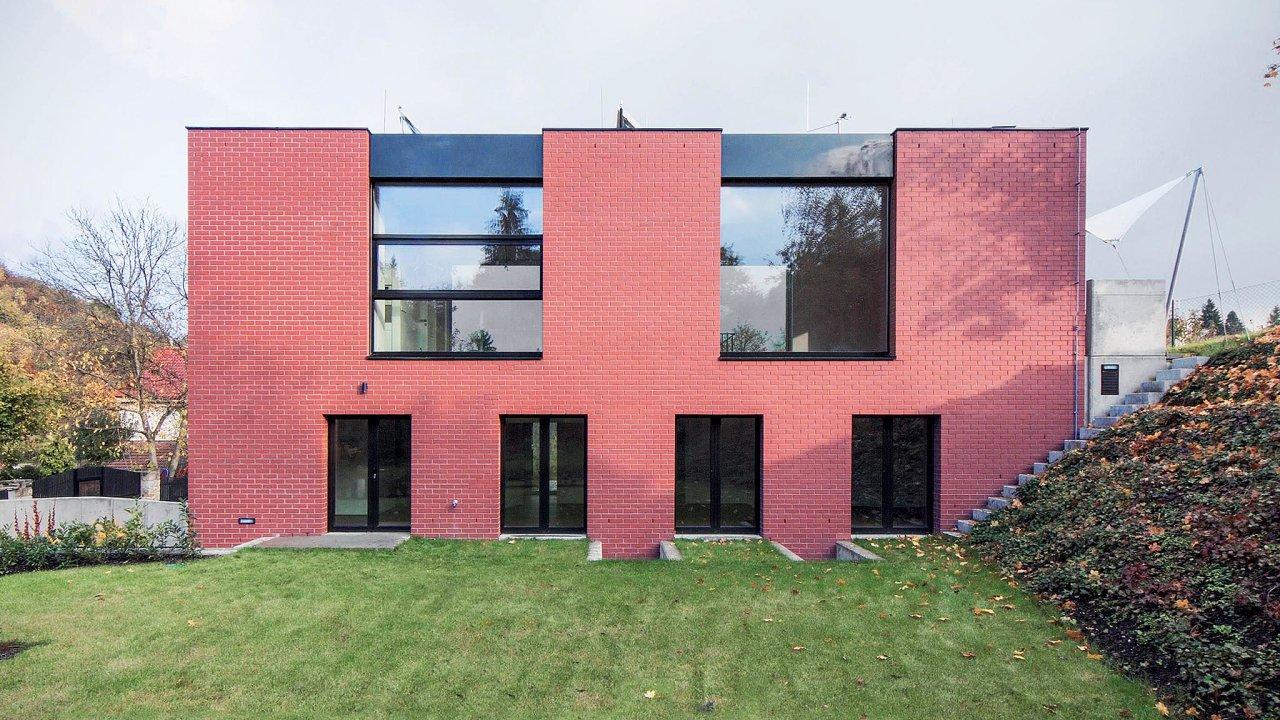 Rodinný dům v pražské Troji (2012) se řadí k výjimečným minimalistickým počinům z oblasti individuálního bydlení.