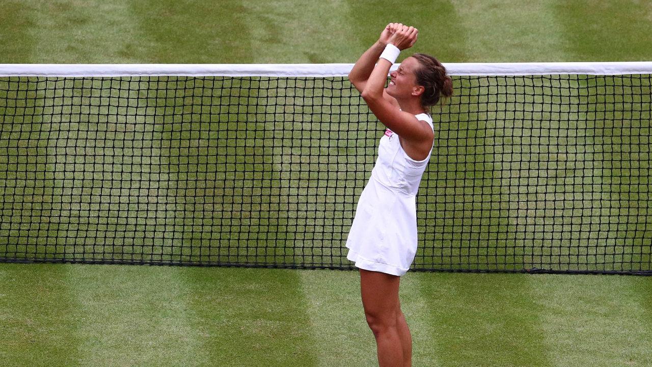 Barbora Strýcová porazila večtvrtfinále Wimbledonu 7:6, 6:1 domácí tenistku Johannu Kontaovou ave33 letech si zahraje první grandslamové semifinále vkariéře.