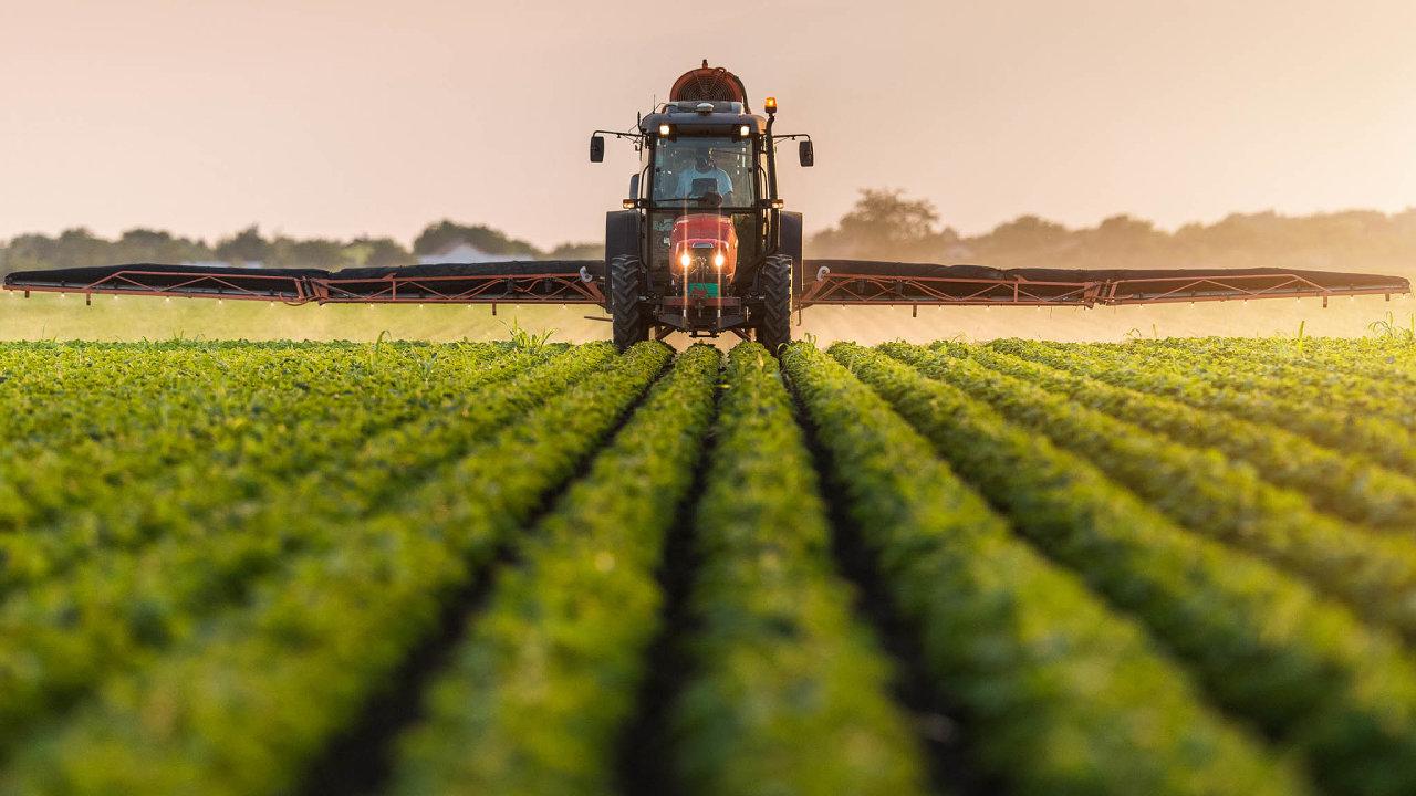 Pesticidy na ústupu. Ošetření zemědělských plodin chemickými přípravky začínají nahrazovat šetrnější způsoby, ale třeba glyfosáty se v Česku ještě nějakou dobu používat budou.