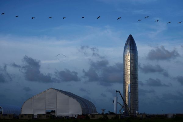 SpaceX tvrdí, že Starship bude schopná vzít na palubu až 100 lidí a vracet se zpět na Zem.