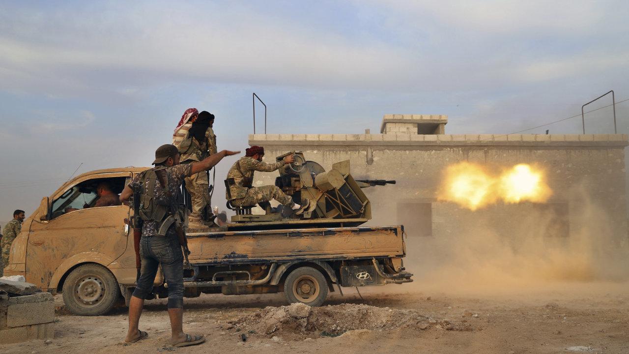Syrská opozice podporovaná Turky pálí na kurdské cíle ve městě Manbidž.
