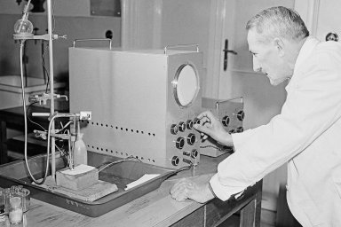 Polarograf Jaroslava Heyrovského: ani dnes nechybí vžádné chemické laboratoři. Poskytuje informaci otom, které látky se vměřeném prostředí nachází avjakém množství.